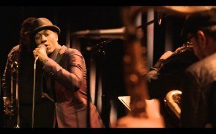 Смотреть музыкальный клип Aloe Blacc - Wake Me Up (Live from Interscope Introducing)