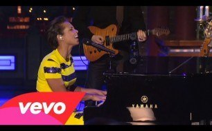 Смотреть музыкальный клип Alicia Keys - Try Sleeping With A Broken Heart (Live on Letterman)