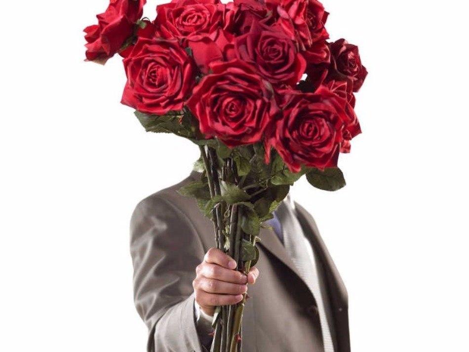 Мужчина с цветами в руках открытка