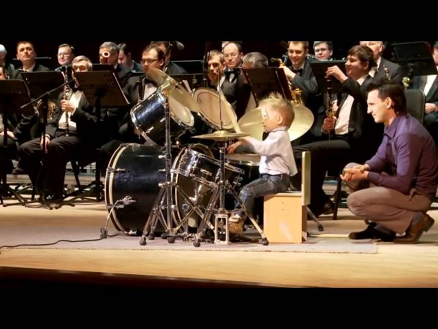 Смотреть видео [HD] Lyonya Shilovsky - 3 Years Old Russian Drummer Leads Orchestra of Adult Musicians