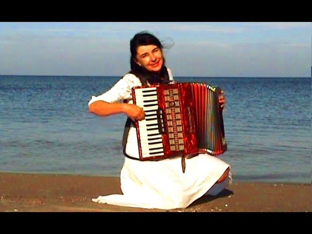 Смотреть видео WIESЕЃAWA DUDKOWIAK   with Accordion on Beach 1 , The most beautiful relaxing melody