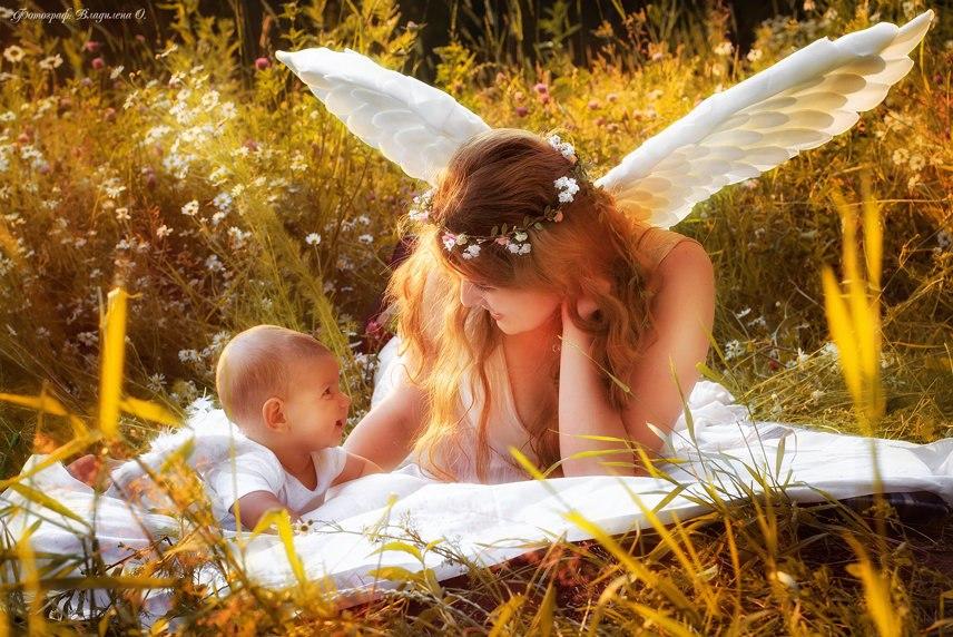 Картинка ангела с ребенком на руках
